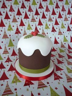 Christmas pudding cake by The Designer Cake Company. Lovely presentation for any Christmas pudding. Mini Christmas Cakes, Christmas Cake Designs, Christmas Cake Decorations, Holiday Cakes, Noel Christmas, Christmas Desserts, Xmas Cakes, Mini Tortillas, Xmas Food