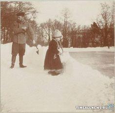 Николай II и цесаревич Алексей убирают снег перед дворцом.