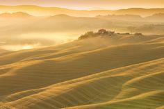 Toscana ao amanhecer. A névoa da manhã no nascer do sol,