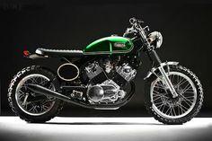 Tampilan fresh dengan semburan cat glitter hijau tua ini hasil karya seorang modifikator asal luar negeri. Berbasis motor Yamaha Virago XV920 lansiran 1982, hampir sekujur tubuhnya mengalami perombakan.
