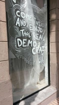 Found on the streets of Canary Islands. Beautyiful liquid chalk paint design on store window!  Featured here: http://www.homelifeabroad.com/diy-crafts/craftycroc-xmas-gift/