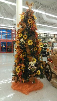 Put up your Christmas tree in November and use It as a thanksgiving tree. Using small scarecrows for the dollar store, sunflowers, leaves and pumpkins Put up your Christmas tree in November and use It as a thanksgiving tree. Christmas Tree Themes, Holiday Tree, Green Christmas, Christmas Tree Toppers, Simple Christmas, Christmas Tree Ornaments, Holiday Decor, Thanksgiving Tree, Thanksgiving Decorations