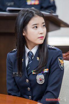 Chắc là các binh sĩ rất mong mỏi IU tổ chức concert quân đội, để được thưởng thức giọng hát trong trẻo trứ danh của cô gái này rồi.