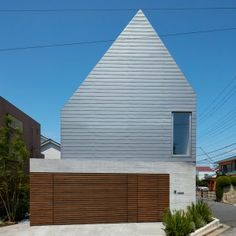 Kentaro+Ishida+adds+stripy+steel+skin+to+asymmetric+house+in+Japan