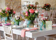 Boho διακόσμηση και ιδέες για γάμο - βαπτιση με πολύχρωμα λουλούδια από τριαντάφυλλα, λευκές ανεμόνες, κοραλί παιώνιες και λουλούδια του αγρού όπως το χαμομήλι. Ενθου…