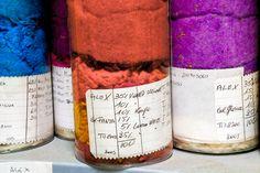 I colori di Prato. Il Lanificio Luigi Zanieri dal 1952 produce interamente i suoi tessuti. (archivio campioni di composizione filati)