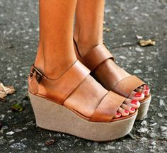 12 Stunning High Heels and Wedges To Wear This Summer Sim, as controversas flatforms vieram pra ficar – street style – heels – salto plataforma The Best of sandals in Cute Shoes, Me Too Shoes, Tan Shoes, Keds, Ugg Boots, Shoe Boots, Looks Style, My Style, Look Body