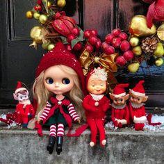 Five little pixies, sitting in row. #kennerblythe  #blythe  #vintagedoll  #christmas  #pixies #elves #christmasdecorations  #doorstep  #kawaii #red #powderpuffdolls