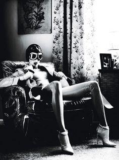 """Una inimitable y camaleónica Linda Evangelista posa para el fotógrafo Steven Klein en la sesión """"Super Linda"""" para W Magazine. A medio camino entre el fetichismo y el mundo de las superheroinas del comic añejo."""