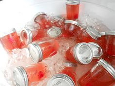 pre-mixed drinks in mason jars This is so cute Shirley Temples pre mixed. No alcohol kids love them. Cocktails, Party Drinks, Fun Drinks, Yummy Drinks, Alcoholic Drinks, Party Favors, Drinks Alcohol, Favours, Mason Jar Bebidas