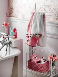 Think pink - Bathroom Ideas Baños Shabby Chic, Shabby Style, English House, Pink Houses, Rose Cottage, Design Your Home, Shop Interiors, Small Bathroom, Boho Bathroom