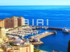 Located in a prestigious property in Fontvieille (Monaco), this beautiful apartment with a magnificent sea view features:  - a large living room - 3…