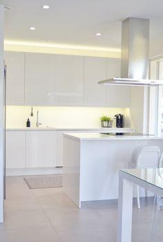 Villa Kivitalo: Valkoinen keittiö ja ruokatila esittelyssä uusin kuvin