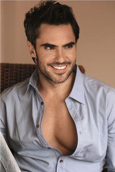 esta imagen nos muestra al actor Lincon Palomeque sonriendo para una fotografia,