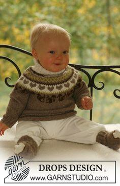 """BabyDROPS 17-15 - Pyöreäkaarrokkeinen DROPS kuviopusero ja sukat """"Alpaca""""-langasta. - Free pattern by DROPS Design"""