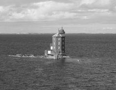 Faro de Kjeungskjaer, (Steve Cadman) es un faro solitario considerado uno de los mas bellos de Noruega y el mas representativo. Se encuentra próximo a la ciudad de Trondheim, a 3 grados por debajo del Círculo Polar Artico, y fue construido en 1880. Hoy en día su funcionamiento es automático pero antiguamente era servido por los fareros que vivían allí. El último farero que lo habitó lo hizo junto a su mujer y sus cinco hijos que realizaron sus estudios en el mismo faro. Lighthouse Keeper, Let It Shine, Arctic Circle, Being In The World, Golden Gate Bridge, Empire State Building, Sailing, Remote, Around The Worlds