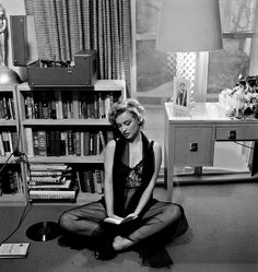 Harold Lloyd - Marilyn Monroe - - posing in lingerie, holding a record album - taken during a photo shoot at Marilyn's Los Angeles apartment by Philippe Halsman Marylin Monroe, Fotos Marilyn Monroe, Football Usa, Harold Lloyd, Salvatore Ferragamo, Petite Blonde, Philippe Halsman, Woman Reading, Norma Jeane