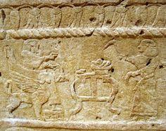 Ahiram_Sarcophagus_  Bas-relief du sarcophage d'Ahiram de Byblos : le roi défunt, sur son trône (à gauche) reçoit des offrandes disposées sur une table. Vers 1000 av. J.-C., Musée National de Beyrouth.