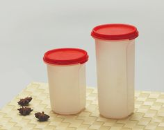 CLASSIC ROUND CONTAINER Classic handy shape. Fine grip to carry. Air tight and leak proof seal. Can carry juices, water or any other liquids. Can be used for indoor and outdoor purpose 100% food grade.