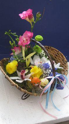 #Compoziție cu #flori, #plante și #accesorii - Livrare în #Chișinău, #Moldova. #freesia #orchid #CymbidiumOrchid