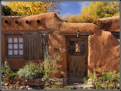 Santa Fe New Mexico Adobe architecture with their old wooden doors and windows. Old Wooden Doors, Old Doors, Spanish Colonial, Spanish Style, Adobe Haus, New Mexico Style, Santa Fe Style, Land Of Enchantment, Earth Homes