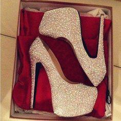 Туфли на высоком каблуке блестящие