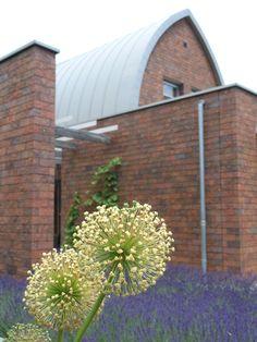 Moderne vrijstaande woning door Lucien Hamerpagt in zee van lavendel en op de voorgrond uitgebloeide Allium.