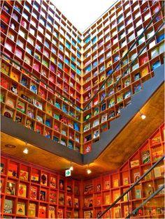 Biblioteca Kanazawa Umimirai, en Japón.