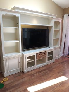 Built In Shelves Living Room, Built In Wall Units, Living Room Wall Units, Built In Bookcase, Bookshelves Tv, Living Room Decor, Home Fireplace, Fireplaces, Family Room Walls