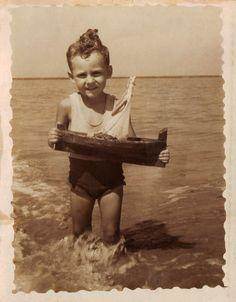 Nen amb vaixell de joguina. Primera meitat s.XX. Autor desconegut . MMB (Col. M. Mayolas) Author