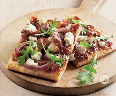 Prosciutto Bacon Jam Pizza Recipe │Slightly sweet and savory pizza topped with bacon, prosciutto, onions and cheese. A perfect appetizer or dinner that everyone will love.