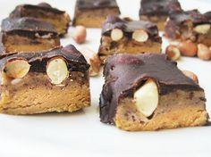 Googlettelin mielenkiinnosta mitä löytyy tavallisesta Snickersistä ® : sokeri, maapähkinät, glukoosisiirappi, kasvirasva, rasvato... Home Made Candy, Raw Cake, Vegan Cheesecake, Raw Desserts, Homemade, Baking, Sweet, Cakes, Food