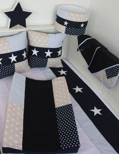 Set voor een babykamer in donkerblauw, zand en lichtblauw. Lampenkap, aankleedkussenhoes, lakentje en veel meer.
