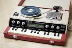 レコード・プレーヤー&ラジオ内蔵オルガン。1960年代製。