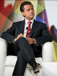 Enrique Peña Nieto: Traje Negró que muestra formalidad y Autoridad, la Camisa Blanca Genera contraste y la Corbata Roja otorgando el toque de elegancia y poder. #ImagenGlobalEfectiva #ImagenPolitica #ImagenPublica
