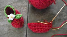 """Strawberry Booties – A free pattern to crochet 