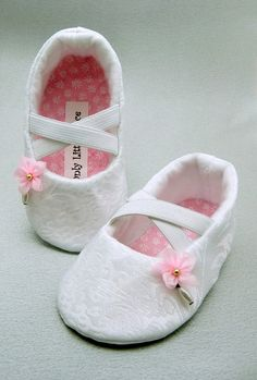 Delicate and sweet! These baby girl shoes are made with white brocade and are lined in a white eco felt. The criss cross straps are elastic and