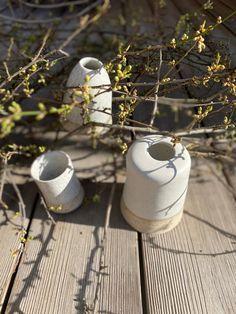 oder der Versuch, den Frühling in Gefäße zu bringen. Miniaturvasen aus weißem Ton mit Spots und weißer Glasur. Shops, Versuch, Vase, Miniature, Clay, Decorating, Schmuck, Dekoration, Tents