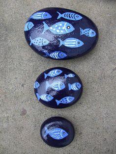 bemalte kieselstein dekoration - blaue fische