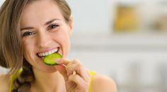 2.Salatalık: Su oranı iyi ve düşük kalorili bazı besinler ara öğünler için çok iyi bir tercih olabilir. Salatalık %95 su içeriğiyle midede doygunluk sağlar ve öğünde alacağınız kalorinin düşmesine neden olur.