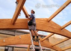Montaje de vigas de madera laminada sobre anclajes de aluminio reforzado ocultos by navarrolivier.com
