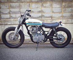 Yamaha by of Tokyo. Oh that fork brace! Cafe Racer Style, Cafe Racer Girl, Cafe Racer Build, Yamaha Sr400, Yamaha Motorcycles, Custom Motorcycles, Brat Bike, Cafe Racer Helmet, Cafe Racer Bikes