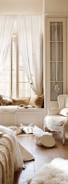 French Country Bedroom Design and Decor Ideas – French Country style provides a calming space for an French Country Living Room, French Country Bedrooms, French Country Cottage, French Country Style, French Country Decorating, Vintage Country, French Vintage, Country Chic, French Country Interiors