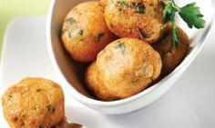 Για να αλλάξετε λίγο γεύση και να πειράξετε τα κλασικά κεφτεδάκια της μαμάς, ή της γιαγιάς, μπορείτε να χρησιμοποιήσετε κιμά από κοτόπουλο! Μπορείτε να τα σερβίρετε με μουστάρδα, πιτούλες και πατάτες τηγανιτές, για ένα απίθανο γεύμα που θα ξετρελάνει μικρούς και μεγάλους! Wines, Recipies, Muffin, Potatoes, Vegetables, Cooking, Breakfast, Food, Image Title