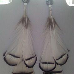 Splendides boucles d'oreilles argentées, plumes naturelles blanches finement ourlées de noir,une hématite 10 mm  lovée entre 2 petites toupies
