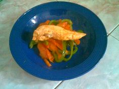 Pollos a la plancha con vegetales al vapor, sano y ligero para la hora de la cena.