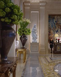 An incredible site for learning everything about luxury hotels and the French art of welcoming on this site: http://www.laurentdelporte.com/en/ Hôtel Four Seasons George V Paris  Detail of lobby
