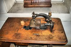 old Sewing Office Room, Sewing Room Organization, Sewing Rooms, Sewing Machine Accessories, Antique Sewing Machines, Sewing Baskets, Fashion Room, Vintage Toys, Stitches
