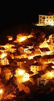 Pentema borgo rurale nell'entroterra genovese, a ponente della statale della Val Trebbia. Da vent'anni qui si allestisce un presepe con statue a grandezza naturale, a memoria di una Liguria contadina.