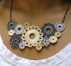 Hermosos collares y brazaletes que realzan la ropa que lucimos, además de ser fáciles de hacer nosotros podemos escoger los colores que nece...
